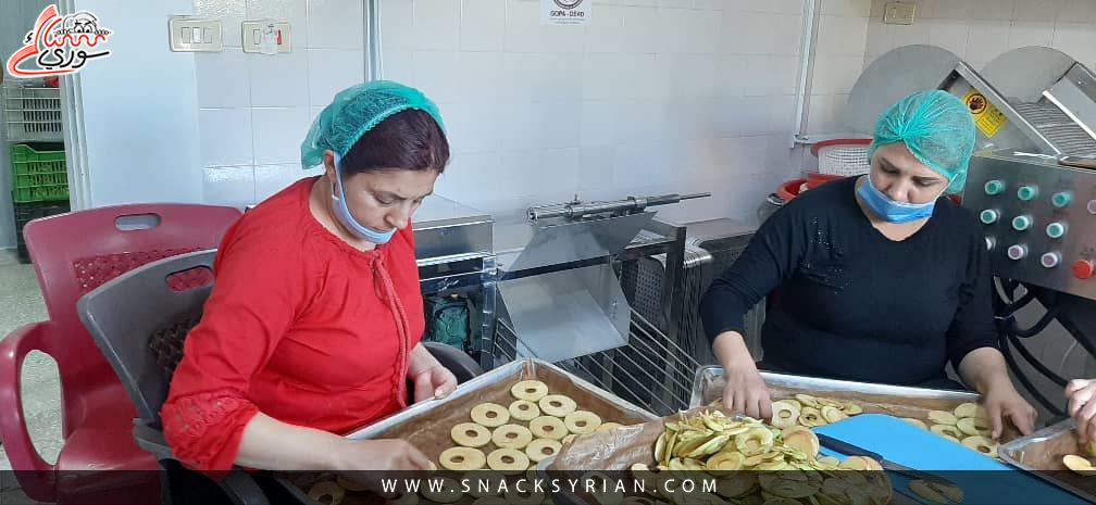 العاملات في المرحلة الأولى لصف شرائح التفاح