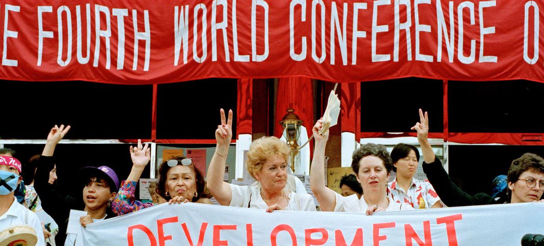 ممثلات المجتمع المدني يشاركن في مسيرة مطالبة بتعزيز حقوق المرأة، على هامش مؤتمر الأمم المتحدة الرابع للسكان في بيجين، الصين عام 1995