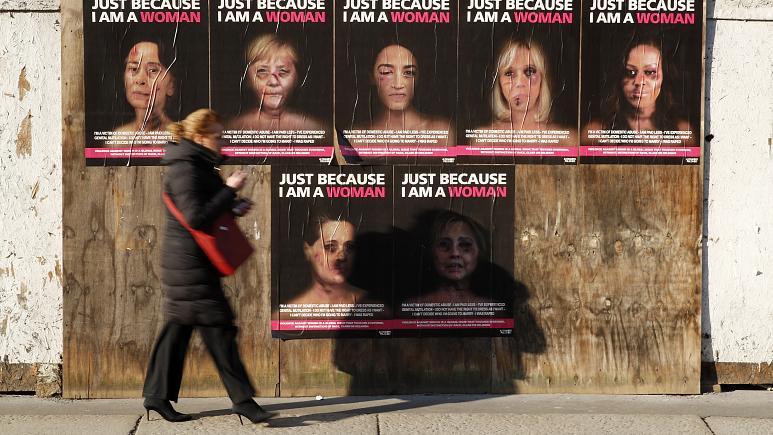 صور معلّقة لنساء تعرّضن للتعنيف الجسدي/ Antonio Calanni/AP