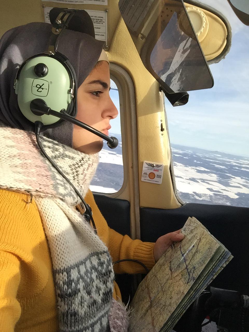 نور الأتيم تقود طائرة في كندا (عنب بلدي)