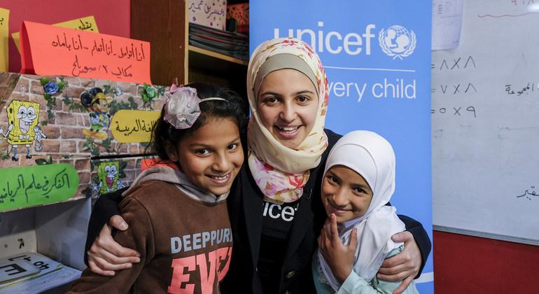 سفيرة النوايا الحسنة لليونيسف، مزون المليحان، تعانق عبير وبيسلان/ UNICEF