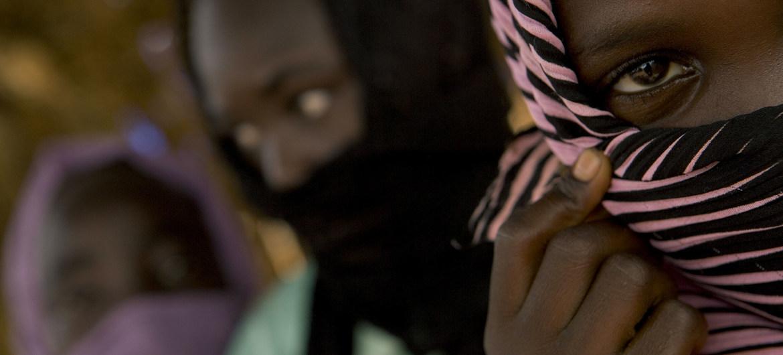 فتاة في 12 عاما (على اليمين) تعيش في مخيم للنازحين في ولاية شمال دارفور بالسودان، تقول إنها تعرضت للاغتصاب على يد جنود حكوميين/ UNICEF