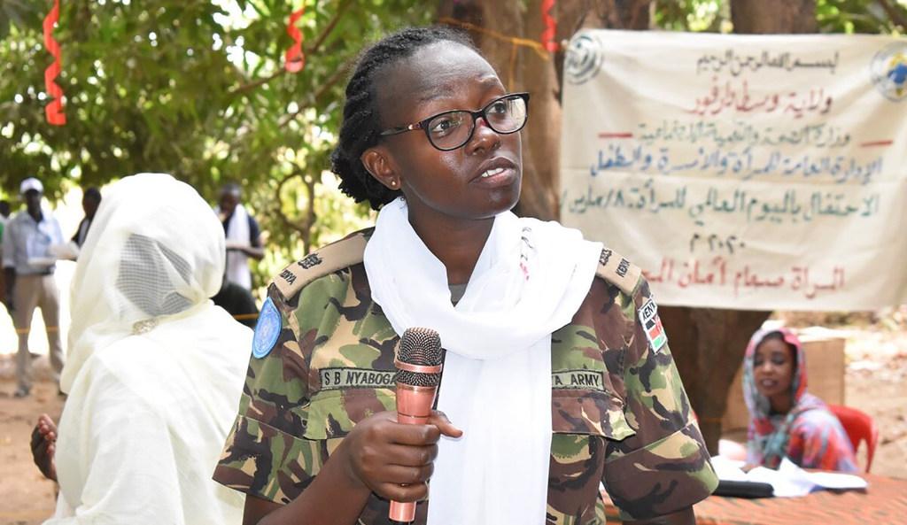 """جندية حفظ السلام الكينية، ستبلين نيابوغا، تحصد جائزة """"أفضل عسكري مناصر للمنظور الجنساني"""" لعام 2021"""
