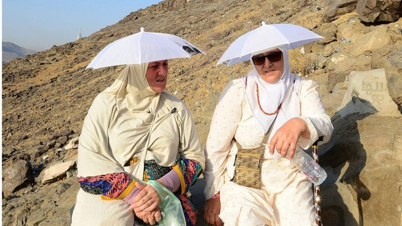 حاجتان في طريقهما إلى غار حراء في جبل النور/ GETTY IMAGES