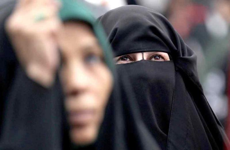 حرّاس الدين يختصرون عقيدة المرأة في لباسها.. الله أعلم بما تخفيه البراقع